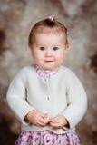 美丽的白肤金发的小女孩画象有大灰色眼睛的 库存照片