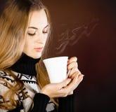 美丽的白肤金发的少妇饮用的咖啡 免版税库存照片