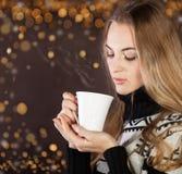 美丽的白肤金发的少妇饮用的咖啡 图库摄影