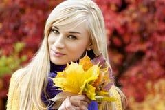 美丽的白肤金发的少妇-秋天画象 免版税库存图片