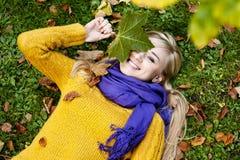 美丽的白肤金发的少妇-秋天画象 库存照片