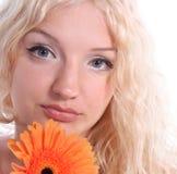 美丽的白肤金发的少妇 免版税库存照片