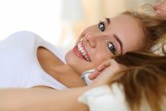年轻美丽的白肤金发的微笑的妇女画象叫醒早期的早晨 图库摄影