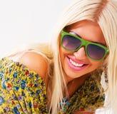 美丽的白肤金发的快乐的绿色太阳镜 免版税库存图片
