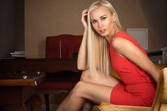 美丽的白肤金发的惊奇的妇女 免版税库存图片