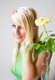 美丽的白肤金发的愉快的年轻人 库存图片