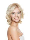 美丽的白肤金发的愉快的纵向妇女 免版税库存照片