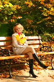 美丽的白肤金发的愉快的纵向 免版税库存照片