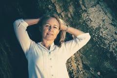 美丽的白肤金发的成熟妇女 免版税库存图片
