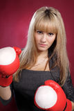 美丽的白肤金发的拳击手套性感的妇&# 免版税库存图片