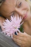 美丽的白肤金发的接近的面朝上的妇&# 库存照片