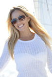 美丽的白肤金发的救生艇甲板风帆妇&# 免版税图库摄影