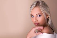 美丽的白肤金发的新娘纵向  免版税库存照片