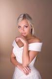 美丽的白肤金发的新娘纵向  库存照片
