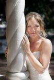 美丽的白肤金发的新娘被注视的绿色 库存照片