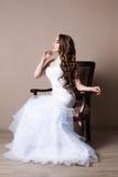 美丽的白肤金发的新娘画象在演播室 免版税库存照片