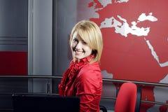 美丽的白肤金发的新闻记者经理电视 免版税库存图片