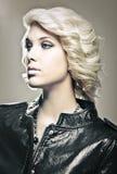 美丽的白肤金发的时装模特儿年轻人 免版税库存图片