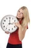 美丽的白肤金发的时钟妇女 免版税库存图片