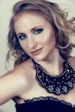 美丽的白肤金发的束腰妇女 库存照片