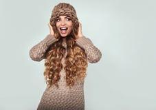 美丽的白肤金发的查出的纵向微笑的白人妇女 免版税库存图片