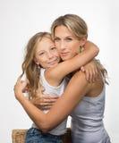 美丽的白肤金发的母亲和女儿embrance 免版税库存图片