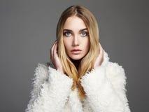 美丽的白肤金发的毛皮女孩 免版税库存照片