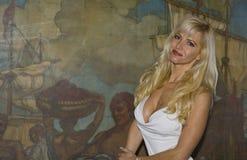 美丽的白肤金发的照相机微笑的妇女 免版税图库摄影