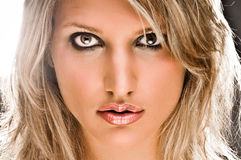 美丽的白肤金发的特写镜头妇女 免版税库存照片