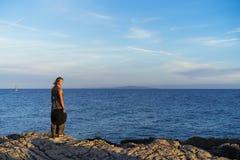 美丽的白肤金发的白种人妇女室外在亚得里亚海在克罗地亚欧洲 免版税库存图片