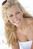 美丽的白肤金发的白色服装妇女 免版税库存照片