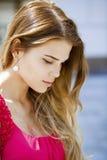 美丽的白肤金发的眼睛集中纵向软的妇女年轻人 图库摄影