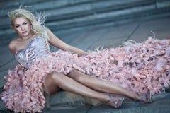 美丽的白肤金发的礼服方式豪华妇女 免版税库存照片