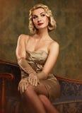 美丽的白肤金发的纵向减速火箭的妇& 免版税库存图片