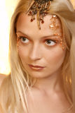美丽的白肤金发的纵向妇女年轻人 免版税库存图片