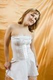 美丽的白肤金发的纵向妇女 免版税图库摄影