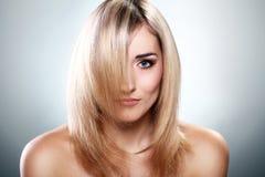 美丽的白肤金发的纵向 库存照片