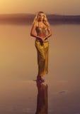 美丽的白肤金发的肚皮舞表演者妇女 免版税库存照片