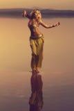 美丽的白肤金发的肚皮舞表演者妇女 库存照片