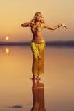 美丽的白肤金发的肚皮舞表演者妇女 图库摄影