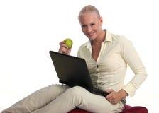 美丽的白肤金发的膝上型计算机远程&# 免版税库存照片