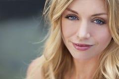 美丽的白肤金发的自然蓝眼睛妇女 免版税库存照片