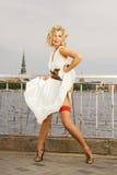 美丽的白肤金发的舞女 免版税库存图片