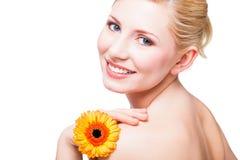 美丽的白肤金发的花妇女 免版税库存图片