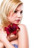 美丽的白肤金发的花妇女 免版税图库摄影