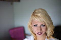 美丽的白肤金发的蓝眼睛妇女 免版税库存照片