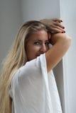 美丽的白肤金发的蓝眼睛妇女 免版税图库摄影
