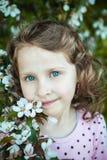 美丽的白肤金发的蓝眼睛的女孩 免版税图库摄影