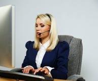 美丽的白肤金发的询问台办公室妇女 免版税库存图片