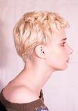 美丽的白肤金发的配置文件妇女 免版税库存照片